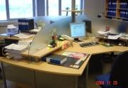 4- ių darbo vietų stalas su pertvaromis