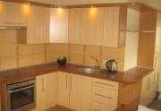 Virtuvės baldai, spintos su slankiojančiomis durimis