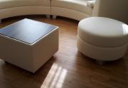 Kavos staliukas pritaikytas prie minkštų baldų