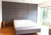Paminkštinta siena miegamajame (stačiakampiai)