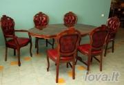 Dėvėti baldai stalas ir kėdės